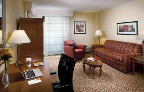 courtyard-marriott-miami-downtown-brickell-bedroom-suite